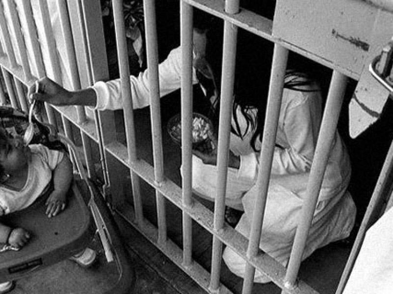 11 menores viven en cárcel con sus madres