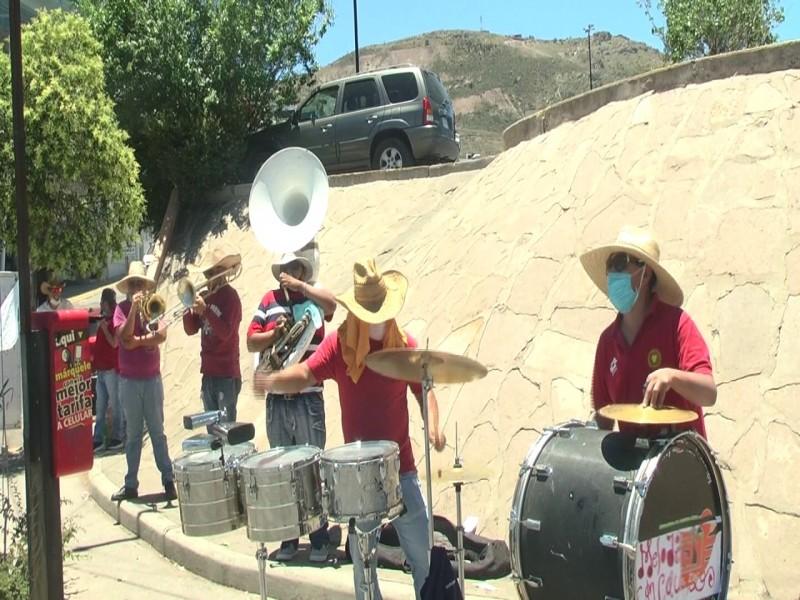 120 músicos salen a las calles buscando sustento económico
