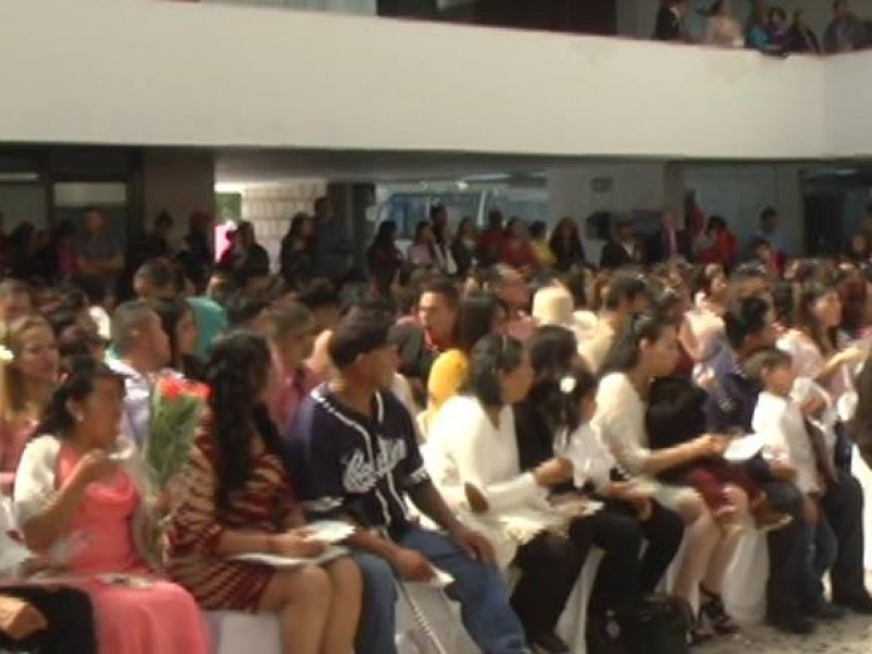 130 parejas contraen matrimonio en boda colectiva