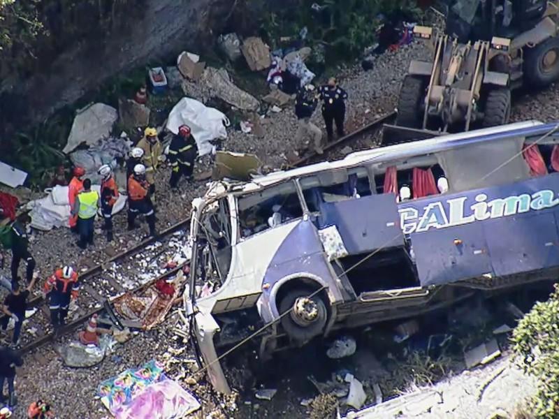 14 muertos y 26 heridos tras caída de autobús Brasil