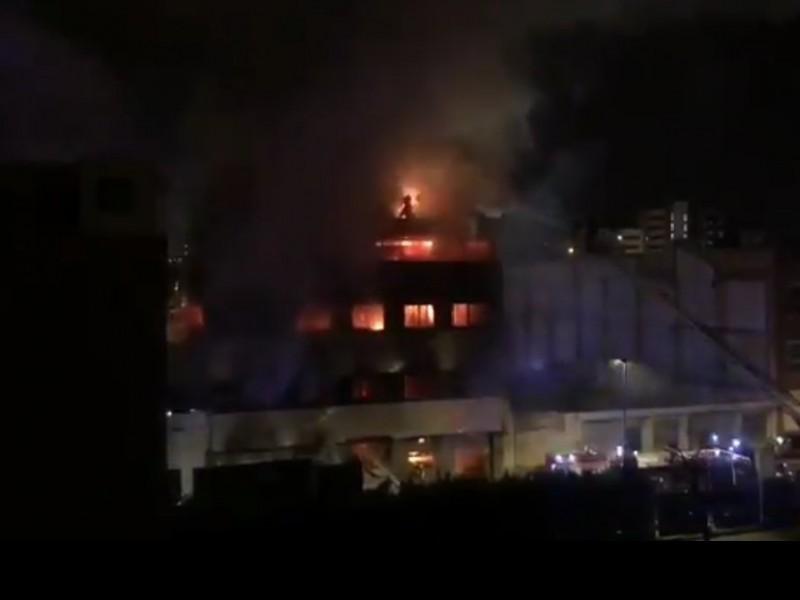 17 heridos tras incendio de nave industrial en Badalona