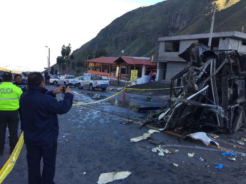 24 muertos por volcadura de autobús en Ecuador