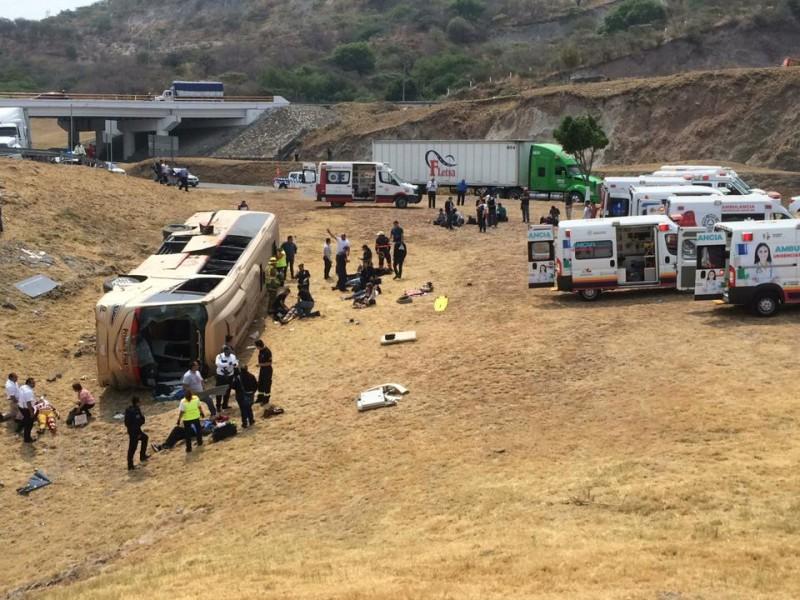 25 heridos tras volcadura de autobús en Copándaro
