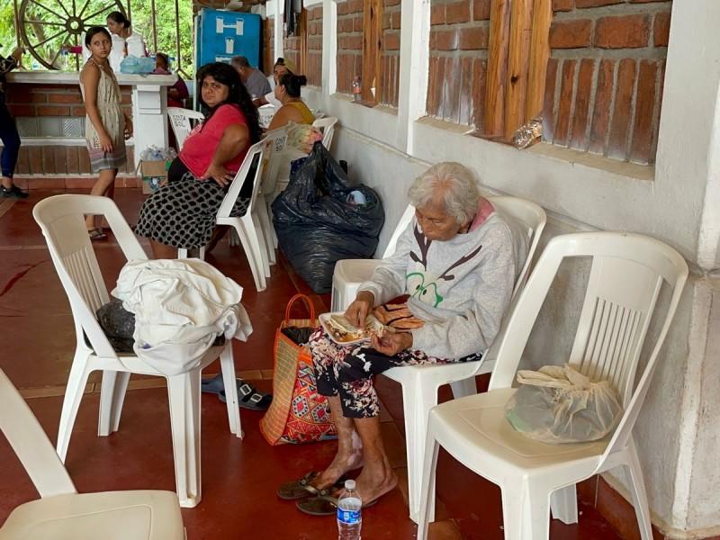250 familias en albergues temporales de Petatlán por Rick