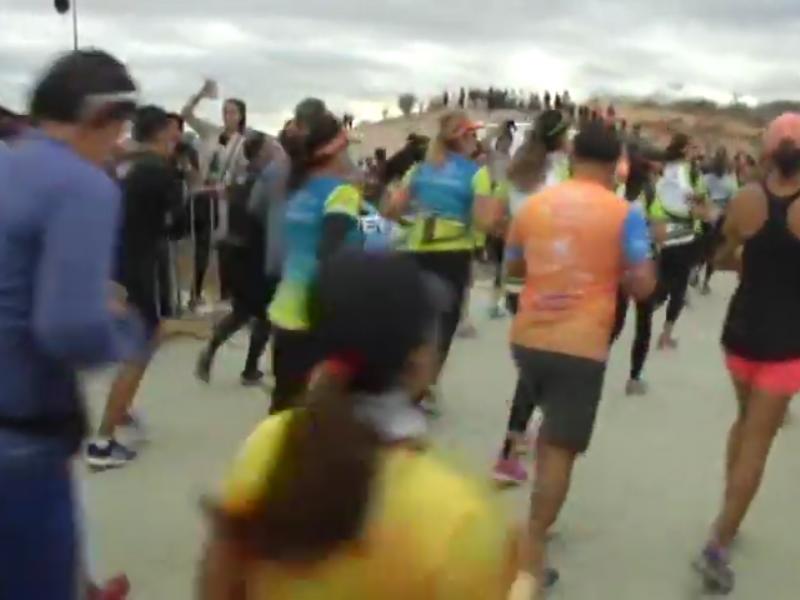 3 participantes esperan en Los Cabos Half Marathon