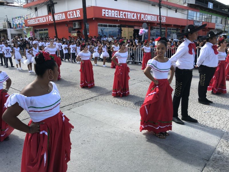 34 escuelas participan en desfile de la Revolución