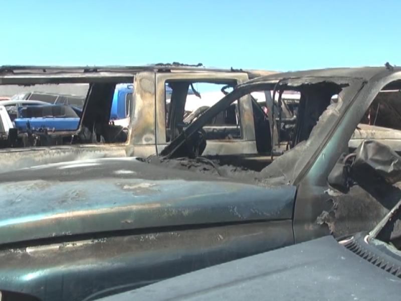 4 vehículos dañados por incendio en yarda municipal