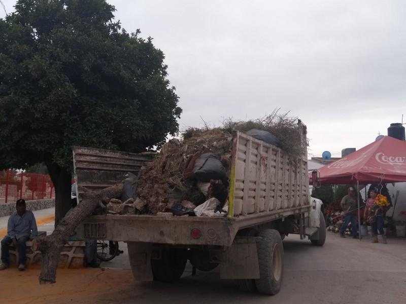 Sacan de panteones 50 toneladas de basura