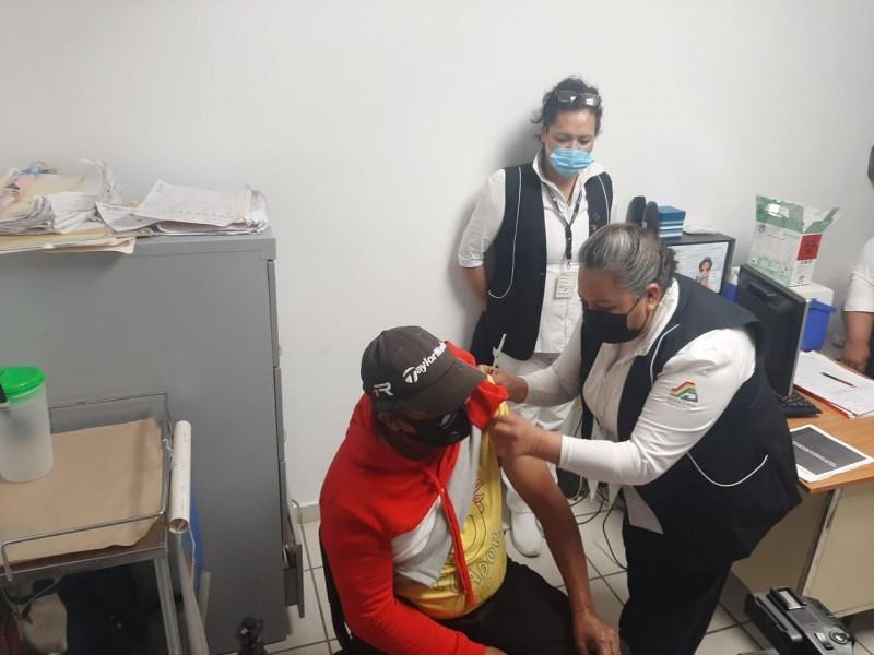 6 mil 868 adultos mayores reciben vacuna covid en Durango