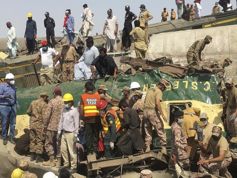 63 muertos por accidente de tren en Pakistán