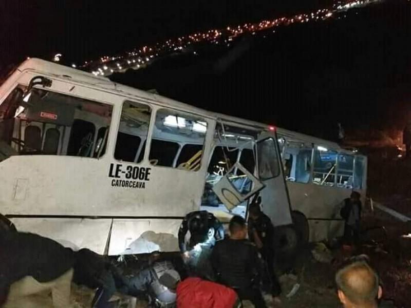 8 muertos y 46 lesionados en accidente