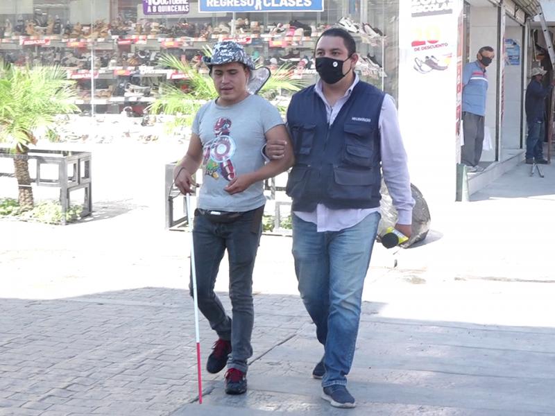 A ciegas, el doble reto de caminar por Torreón