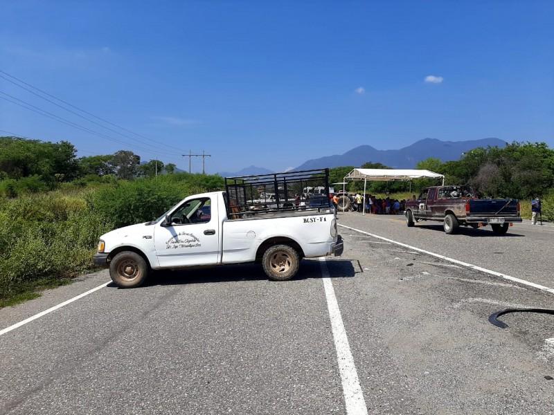 A pesar de semáforo naranja, comuneros bloquean carretera en Tehuantepec