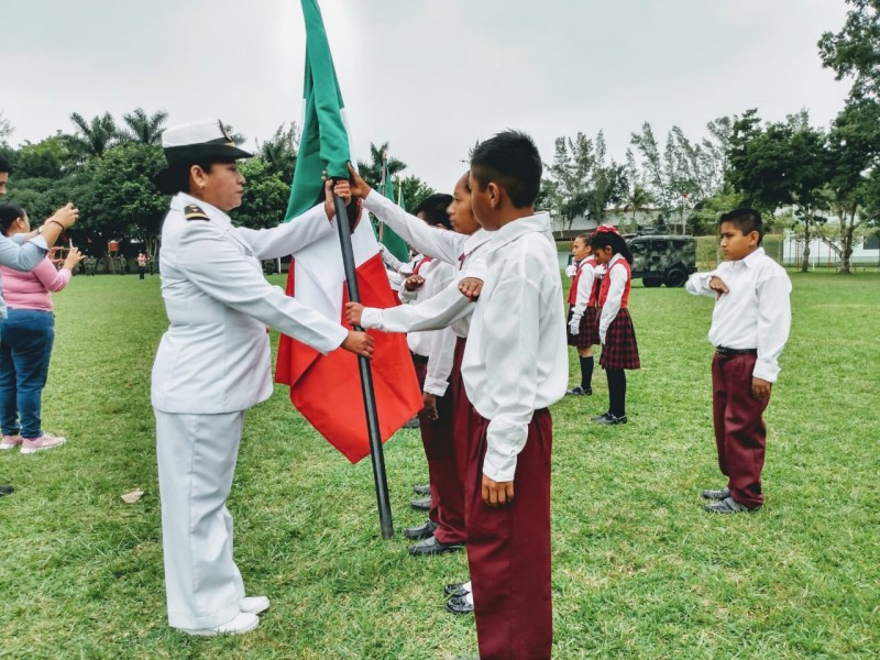 Abanderan escuelas en Tuxpan