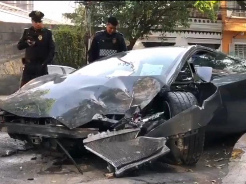 Abandonan auto de lujo chocado en colonia Roma