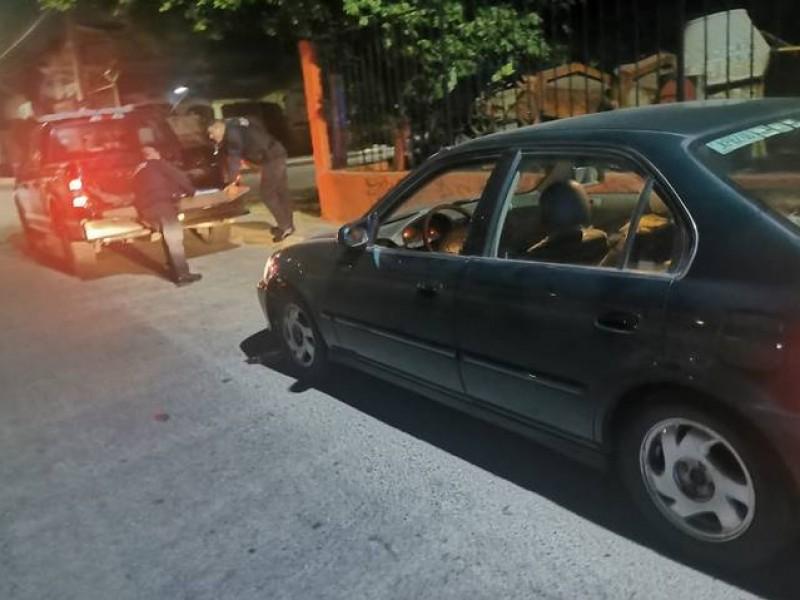 Abandonan cuerpo dentro de un auto en colonia El Carmen