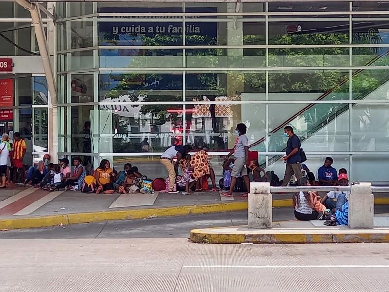 Abarrotan haitianos terminal de autobuses en Veracruz