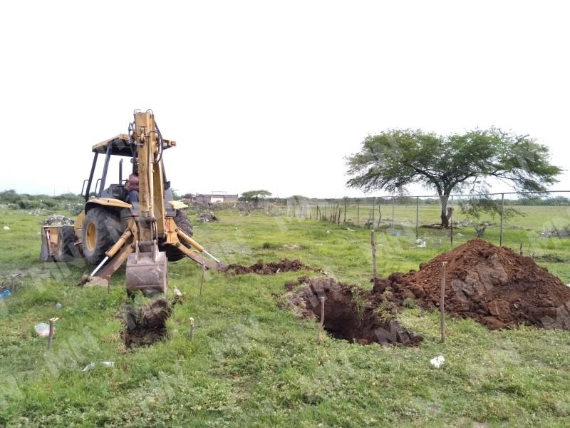 Abren 30 fosas por incremento de defunciones en Juchitán