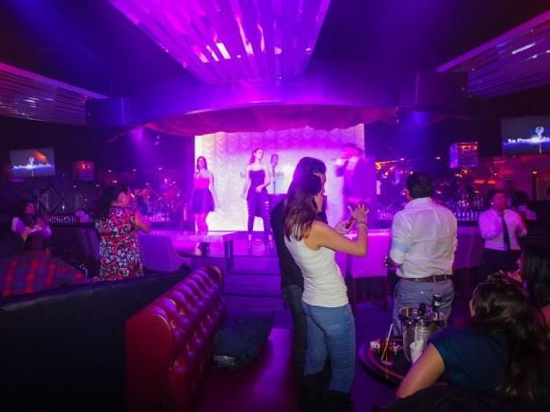 Abren bares y discotecas pese a récord en casos activos