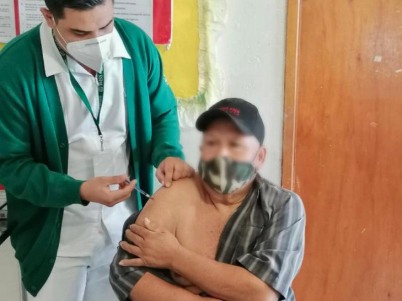 Abuelito de 62 años fue el primer vacunado en Compostela