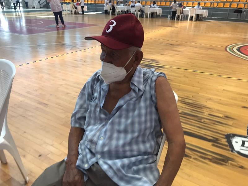 Abuelito es vacunado a tres días de su cumpleaños 86