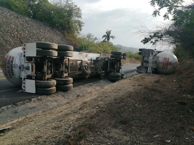 Accidente de pipa de gas, sobre autopista México-Tuxpan