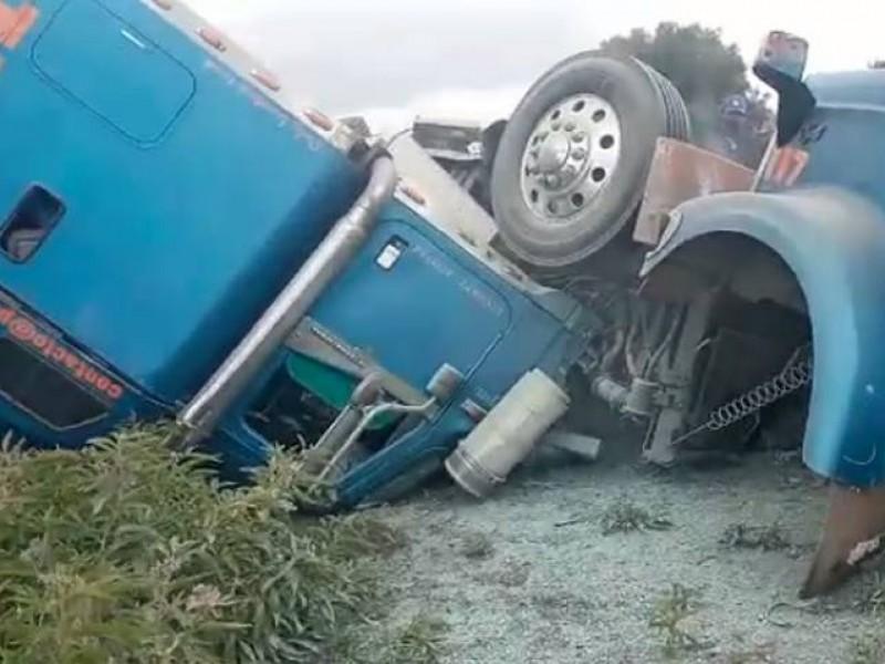 Accidente de tractocamión provocó rapiña de ganado en Acatzingo
