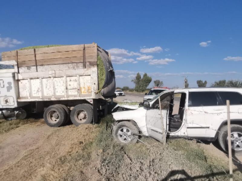 Accidente deja cuantiosos daños y dos lesionados