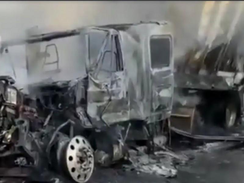 Accidente en autopista Tepic-Mazatlán; chocan y se incendian tráilers