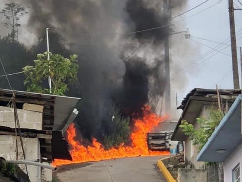 Incendio en camioneta pone en alerta a vecinos de Ixtepec
