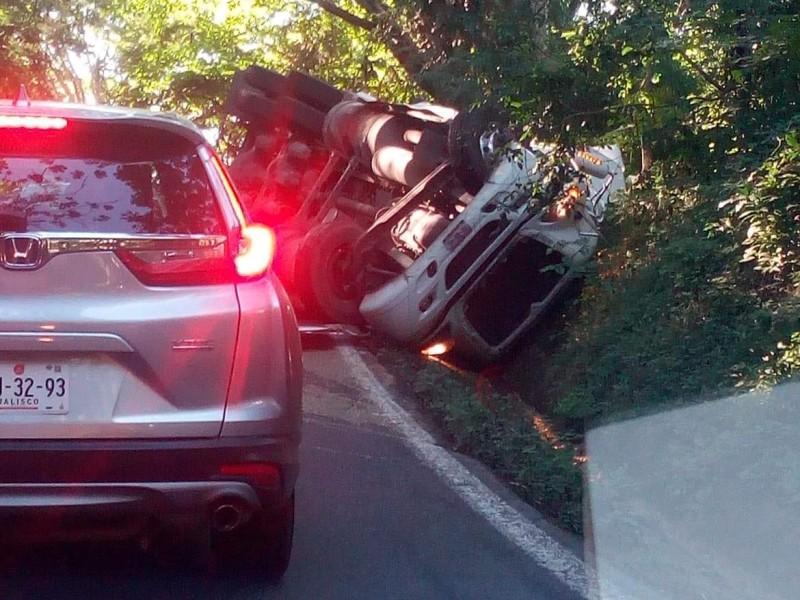 Accidente en carretera 200 cierra carril en Compostela