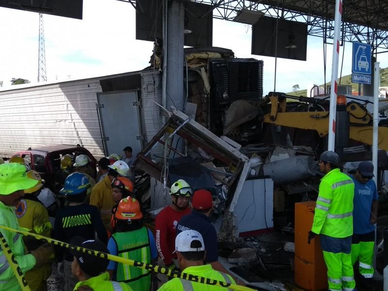 Camión arrasa caseta Santa María del Oro