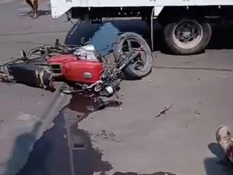 Accidente entre una camioneta de carga y una motocicleta