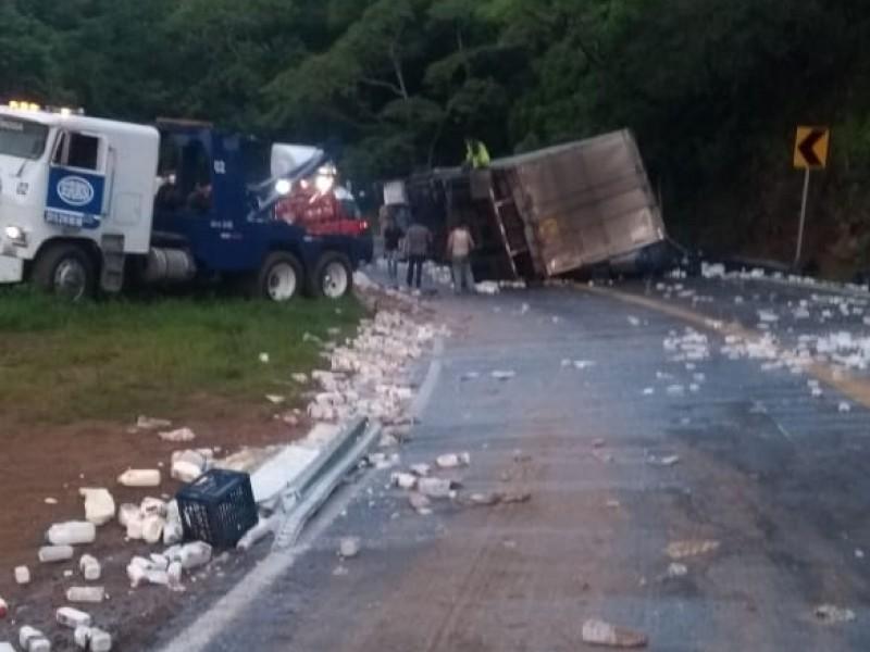 Accidente provoca cierre a circulación hacia Puerto Vallarta