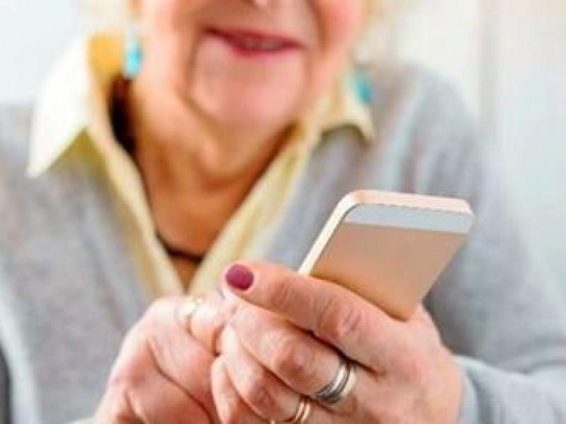 Acercan a adultos mayores a tecnología