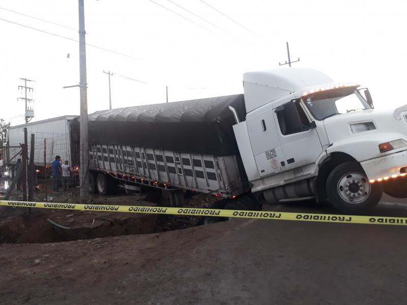 Activan plan DN-III por accidente de trailer