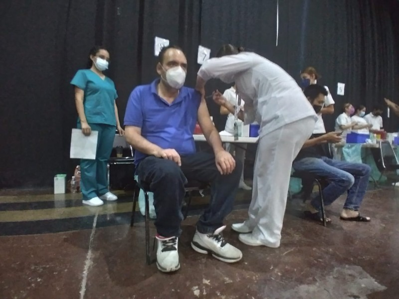 Acuden treintañeros a vacunarse por segunda dosis de AstraZeneca