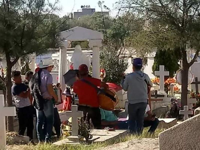 Acuden zacatecanos a panteones en día de muertos