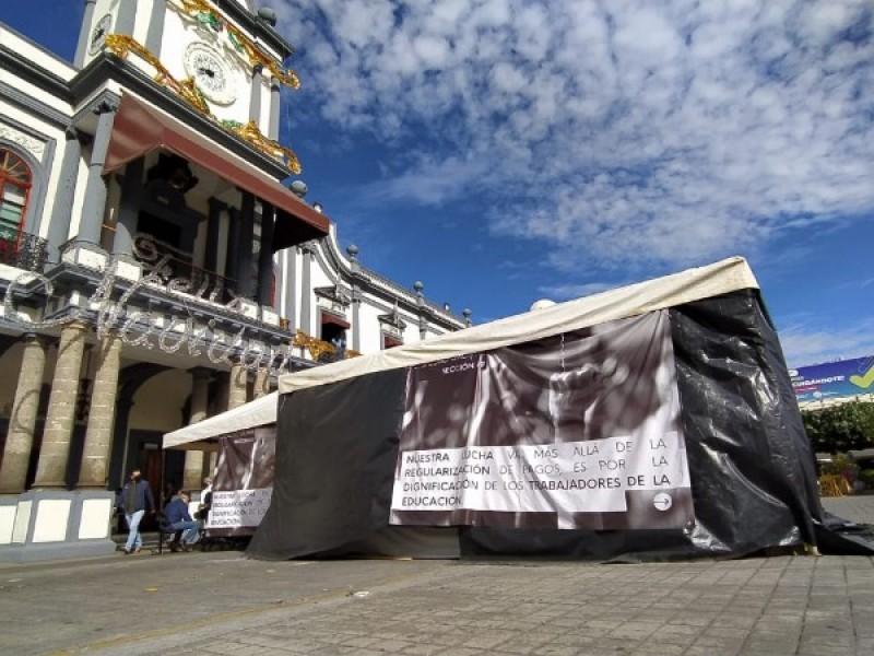 Acuerdan maestros levantar plantón de plaza Bicentenario
