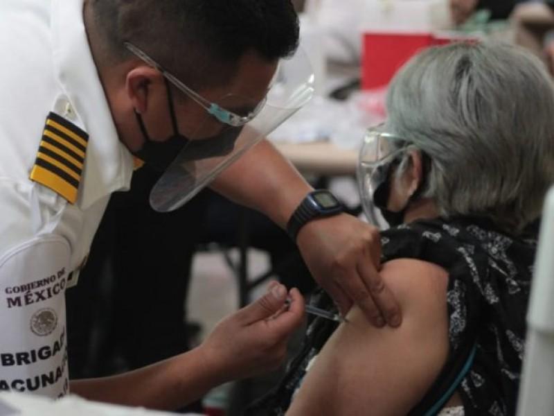 Adulta mayor entrega nota a enfermero que la vacunó