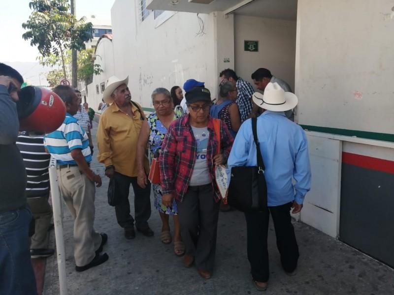 Adultos hacen filas para no recibir apoyo federal