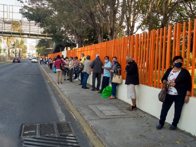 Adultos mayores acuden a supuestos puntos de vacunación en Tepic