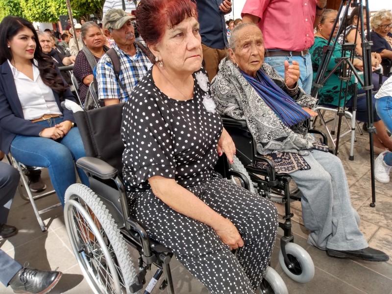 Adultos mayores de bajos recursos reciben aparatos funcionales