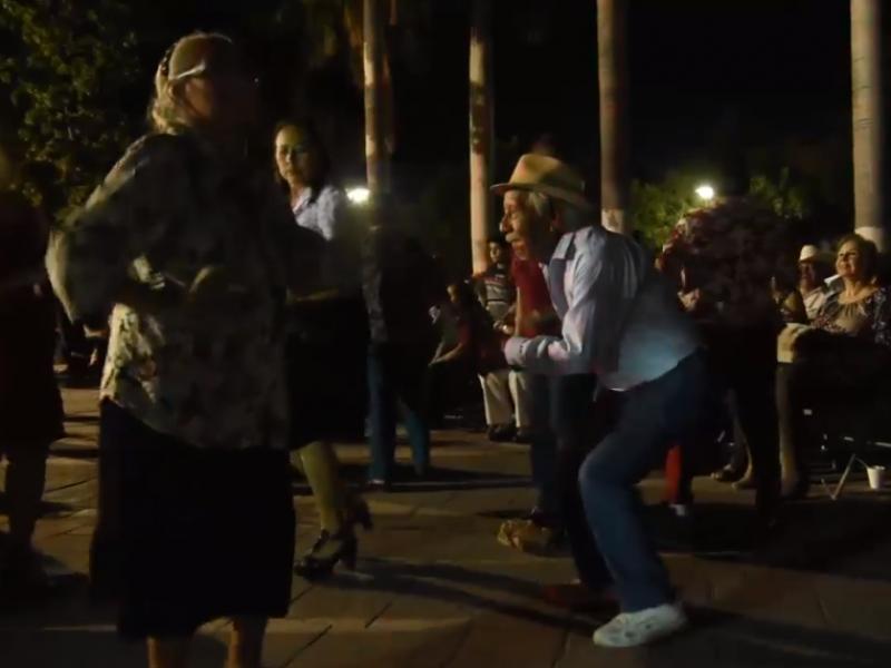 Adultos mayores disfrutan del Danzón