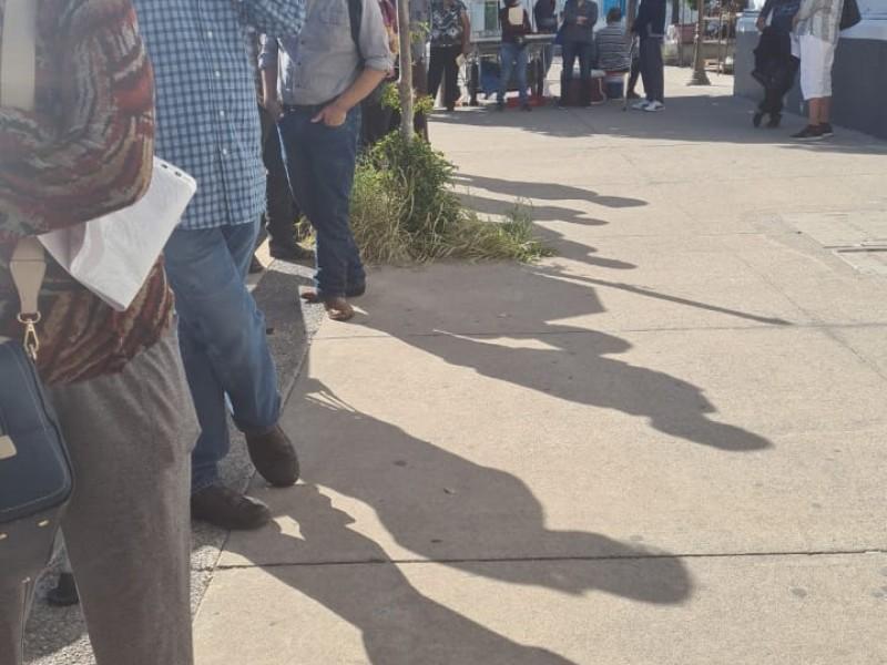 Adultos mayores hacen fila bajo el Sol afuera del Inapam