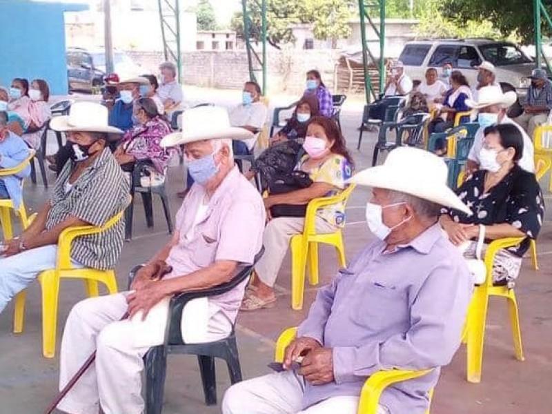 Adultos mayores reciben segunda dosis contra COVID-19