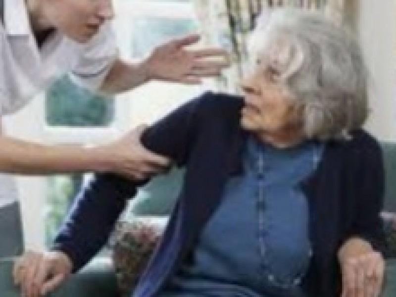 Adultos mayores sufren maltrato emocional y económico