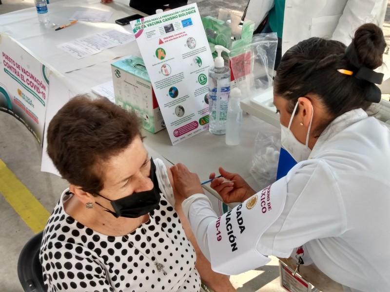 Adultos mayores vacunados con el biológico AstraZeneca esperan segunda dosis