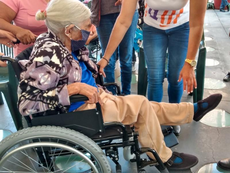 Adultos mayores y personas con discapacidad recibieron aparatos funcionales.