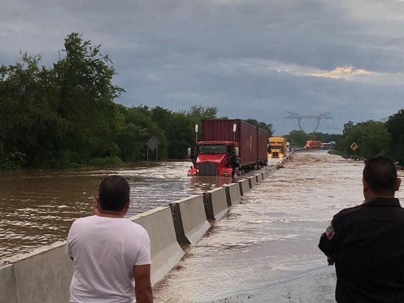 Afecta circulación vehícular inundación en Autopista Colima Manzanillo